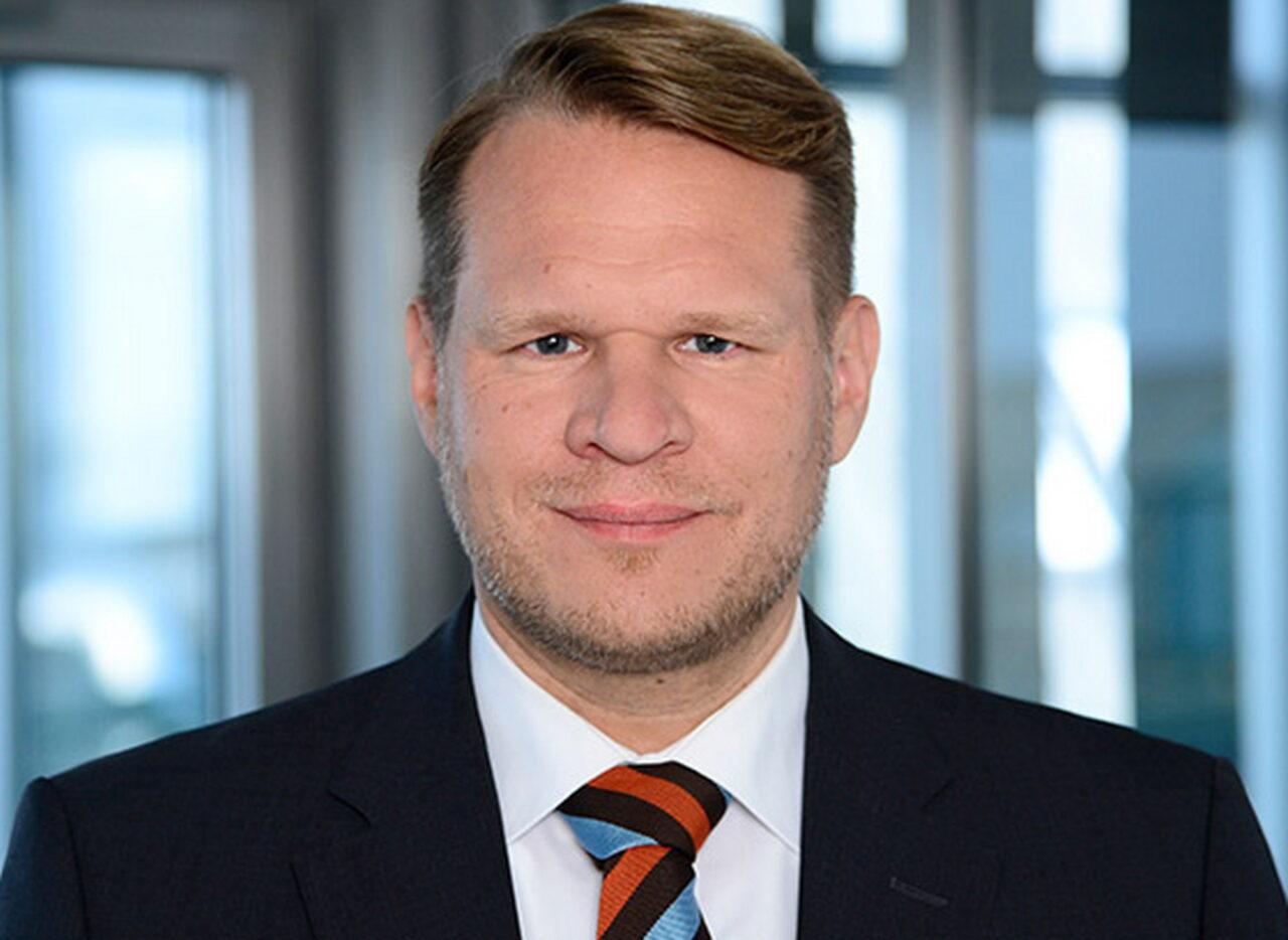 https://intelligent-investors.de/wp-content/uploads/2020/12/Carsten-Demmler_Warburg-HIH-Invest_560x438px_2-1280x934.jpg