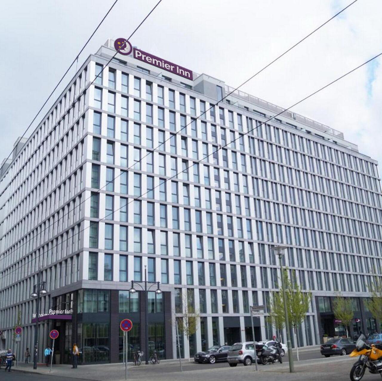 Schroders Capital erwirbt Hotelkomplex am Berliner Alexplatz